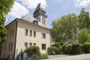 Blick auf das Haus und den Kirchturm