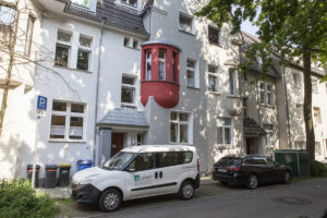 Das Haus in der Hurterstraße mit IM Auto davor