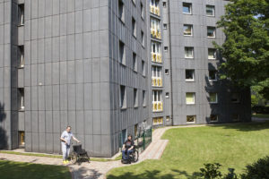 Zwei Wohnende im Garten der Laarmannstraße